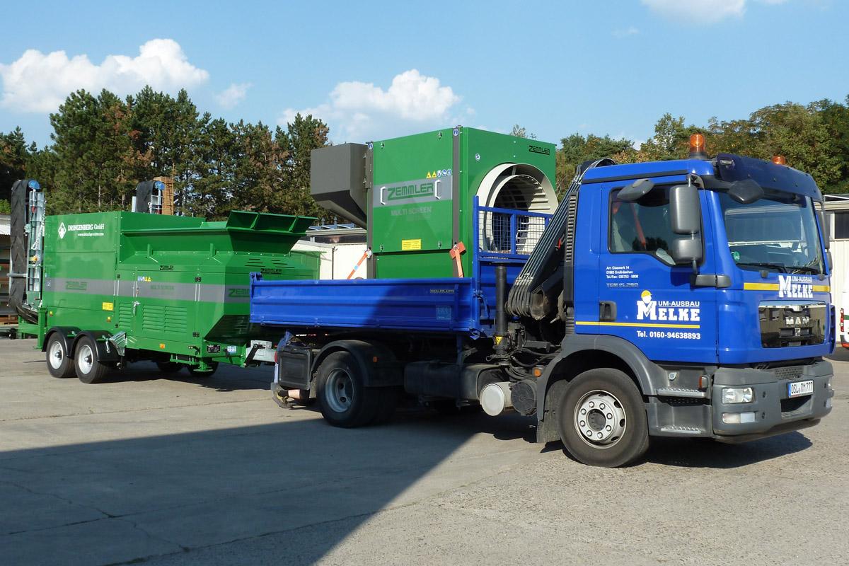 MS 1600 Starter wird auf einem LKW mit einer gezogenen MS3200 transportiert